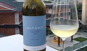 Altano Branco bottle shot with glass